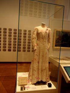 Trouwjapon voor de bruid in de oorlogsjaren, te zien in het Fries museum Leeuwarden.