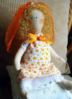 ako z rozprávky, malá princeznička si sedí na mäkučkých perinkách a hrášku, prevedenie bavlnené látky, spodnička silón, na rukávoch čipka elastická na spodničke a rukávoch -  flitre, vyplnené polyesterovým rúnom, na vláskoch kučeravých zlatých oranžový závoj s kamienkom, mašlička tiež s kamienkom Veľkosť: perinky 15,16,17 cm štvorek , princezná 23 cm , celé na výšku 32 cm