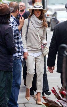 Acheter la tenue sur Lookastic: https://lookastic.fr/mode-femme/tenues/pull-a-col-rond-chemise-de-ville-pantalon-chino-escarpins-compenses-sac-bandouliere-chapeau-echarpe/2781 — Chapeau beige — Écharpe grise — Pull à col rond gris — Sac bandoulière en cuir blanc — Chemise de ville bleue claire — Pantalon chino beige — Escarpins compensés en cuir bruns clairs