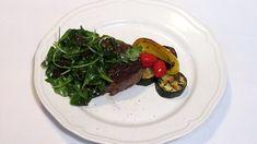 Steak s rukolovým salátem se sušenými rajčaty a grilovanou zeleninou Steak, Food, Essen, Steaks, Meals, Yemek, Eten