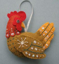 Este gallo de fieltro me recuerda las figuras que hacía mi abuelita para el árbol de navidad.