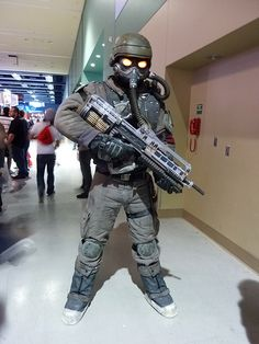 Killzone cosplay, another good idea.