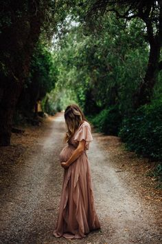 Maternity Photography: How to Dress when Pregnant. You can still look stylish and feel good when dressing for a pregnant.