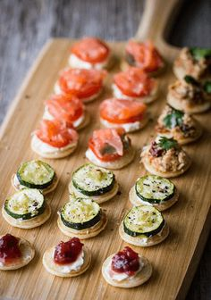 20 Sweet Wedding Finger Food and Mini Dessert Ideas for Your Big Day mini blinis wedding finger food ideas Snacks Für Party, Appetizers For Party, Appetizer Recipes, Dinner Recipes, Wedding Finger Foods, Brunch Finger Foods, Christmas Party Food, Christmas Canapes, Christmas Buffet