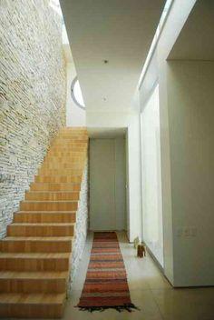 intérieur contemporain avec escalier moderne en bois