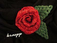 Как я делаю  розу. С начале я сплела ленту из 5 трубочки способ  плоское…
