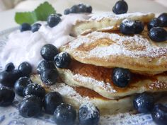 Nadýchané+borůvkové+lívanečky Pancakes, French Toast, Breakfast, Party, Food, Morning Coffee, Essen, Pancake, Parties