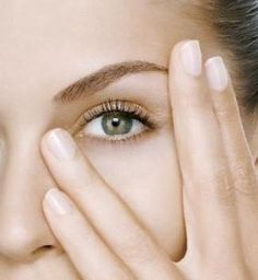 One of the most beautiful features of our face is the eyes. That is why a lot of the make-up we apply each day is around our eyes. Oily Skin Care, Skin Care Regimen, Skin Care Tips, Dark Under Eye, Tired Eyes, Anti Aging, Puffy Eyes, Eye Makeup Remover, Tips Belleza