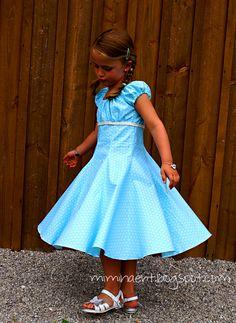 Taufkleid, ebenfalls eine Elodie, für meine 5 - jährige Patentochter. Heute kann Euch meine Tochter das Kleidchen zeigen, da die beiden ja...