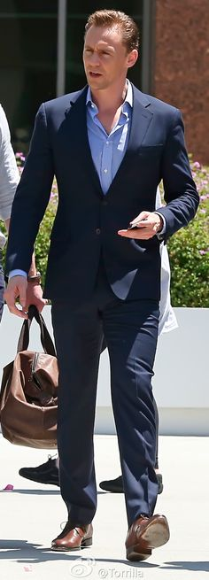 Tom Hiddleston all-dressed up as he leaves an office building in Los Angeles on August 12, 2016. Source: Torrilla, Weibo. Click here for full resolution: http://ww4.sinaimg.cn/large/6e14d388gw1f6tbpgp0gij217z1tyb2a.jpg