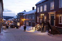 Winter im Kjerkgata, Røros, Trøndelag, Photo: Johnny Mazzilli Holidays In Norway, Winter Scenery, Trondheim, Cross Country Skiing, Train Travel, Winter Snow, Traveling By Yourself, Street View, Journey