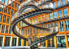 Необычное строение с философским смыслом расположено в одном из внутренних дворов в Мюнхене (Германия), это лестница, которая никуда не ведет, но идти в одном направлении можно вечно. Название этой лестницы ...