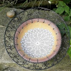 V krajkoví... Ceramics Ideas, Beads And Wire, Wire Art, Metals, Concrete, Creations, Charmed, Stone, Outdoor Decor