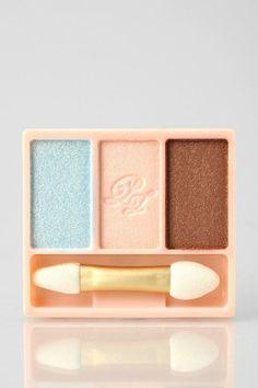 Tutoriel de maquillage : Description PAUL & JOE Eye Color Trio in April in Paris Kiss Makeup, Beauty Makeup, Hair Beauty, Beauty Tips, Pastel Eyeshadow, Makeup Eyeshadow, Paul Joe, Urban Outfitters, Bright Eye Makeup