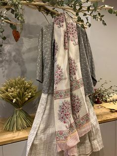 "Veste ""Reiko"" en coton tissé main. ""Dupatta"" en soie imprimé à la main, motif Moghol. - Handloomed cotton ""Reiko"" jacket. Handblock printed Chanderi silk ""Dupatta"". Kimono Top, Paris, Fashion, Woven Cotton, Silk, Jacket, Moda, Montmartre Paris, Fashion Styles"