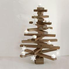 Weihnachtsbaum aus Holz basteln und mit Teelichtern dekorieren