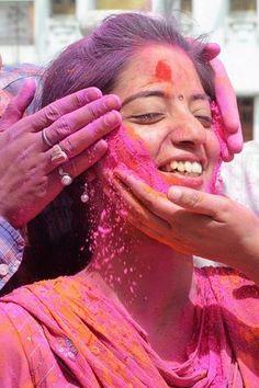 笑顔も色鮮やか、ヒンズー教の春祭り「ホーリー」