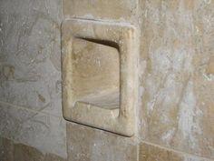 Dieser historische Seifenspender in den Duschräumen wurde erhalten. Dieser historische Seifenspender in den Duschräumen wurde erhalten.