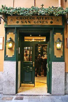 Chocolatería San Ginés, el mejor chocolate con churros de Madrid, durante todo el año.