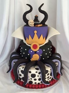 disney villains This is such a fun cake! Michelle Redman made this terrific Disney Villains Mashup Cake for the Cuties Disney Villain/Halloween Collaboration - An international sugar c Disney Desserts, Disney Recipes, Disney Themed Cakes, Disney Cakes, Beautiful Cakes, Amazing Cakes, Descendants Cake, Villains Party, Disney Villains Art