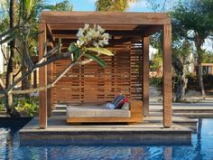 attraktives design von pergola aus holz neben einem schicken pool