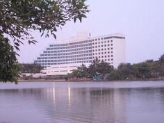 Ubicado en la península de El Laguito en Cartagena de Indias-Colombia, se encuentra el gran Hotel Hilton, que colinda con el mar Caribe en tres de sus lados, por lo que ofrece una vista pintoresca y un ambiente tranquilo.