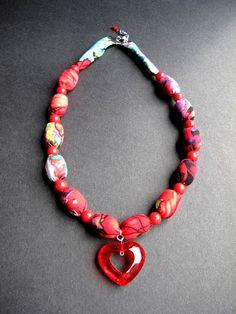 """Náhrdelník """"Aksamitové srdce"""" Pestrobarevný náhrdelník z latky a velkých korálků z přívěskem. Délka = 55 + 2,5 cm"""