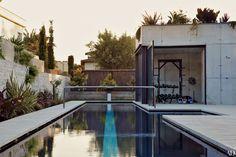 Em uma casa / estúdio em Espanha, concebida por Tom Kundig, a piscina com raia é pintado com uma ampla faixa.