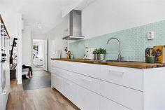 Mooie strakke keuken maar aangekleed met een blauwe achterwand voor meer sfeer.  Meer wooninspiratie op mijn interieurblog http://www.interieurinspiratie.nl/