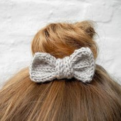 Learn how to make your own knitted bow hair tie with this tutorial. Great for beginners! (In German with translator)