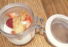 Mouse de yogurt con coulis de fresas  y fresas  naturales acompañada de carquinyolis Desayunamos?