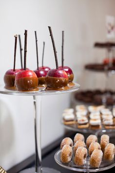 Autumn / Fall Wedding petite candy apples and apple cider donuts for the autumn/fall wedding theme, perfect! you can find similar pins below. Bite Size Desserts, Mini Desserts, Fall Desserts, Mini Candy Apples, Mini Caramel Apples, New York Party, Apple Cider Donuts, Cinnamon Donuts, Mini Doughnuts