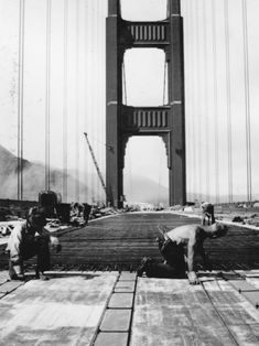 Golden Gate Bridge, San Francisco Bay, California designed by Joseph Strauss, Irving Morrow and Charles Ellis). Photos of Famous Landmarks While They Were Still Under Construction Famous Structures, Famous Buildings, Famous Landmarks, Bridge Construction, Under Construction, San Francisco California, San Francisco Bay, Puente Golden Gate, Tour Eiffel