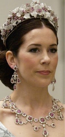 Crown Princess Mary of Denmark wearing the Ruby and Diamond Parure. One of the prettiest, most flattering tiaras around. Royal Crown Jewels, Royal Crowns, Royal Tiaras, Royal Jewelry, Tiaras And Crowns, Vintage Jewelry, Princesa Mary, Crown Princess Mary, Princess Crowns