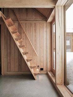 escada e parede de madeira