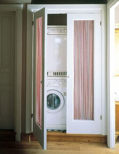 La lavadora y la secadora restan espacio y no son estéticas. Para solucionar esto, aquí se ubicaron en columna, dentro de un armario con cortinillas. www.casadiez.elle.es