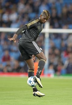 the football is magic Best Football Players, Good Soccer Players, Football Love, Football Team, Juventus Fc, Sports Pictures, Football Pictures, Paul Labile Pogba, Male Fitness