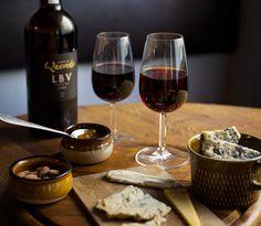 Njut av Stilton med portvin – en riktig klassiker!   World of Wine Mat, Red Wine, Alcoholic Drinks, Glass, Food, Drinkware, Corning Glass, Essen, Liquor Drinks