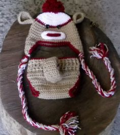 conjunto de gorro e calcinha confeccionados em crochê. detalhes - pom pom, botões. cores - bege,branco,vermelho tamanhos - RN / 1 a 3 / 3a 6 / 6 a 9 meses R$ 59,90