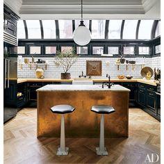 Cocina en Manhattan en negro, mármol y dorado.