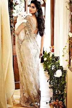 Sonam Kapoor looking extremely elegant in Designer Shehla Khan's Creations - Tikli - India's Leading Fashion and Beauty Magazine Sri Lankan Wedding Saree, Saree Wedding, Pakistani Outfits, Indian Outfits, Indian Attire, Indian Wear, Indian Style, Sari Design, Stylish Sarees