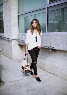 Eine weiße Bluse lässt euch sofort frischer und wacher aussehen
