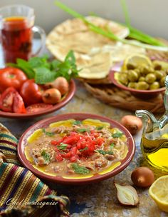 Traditional Middle Eastern breakfast : falafel, fool (broad bean dip) and pita bread Middle East Food, Middle Eastern Dishes, Middle Eastern Recipes, Arabic Breakfast, Lebanese Breakfast, Breakfast Time, Lebanese Recipes, Lebanese Foul Recipe, Lebanese Cuisine