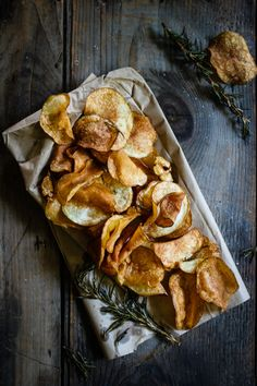Patatas ajo y Romero garlic and rosemary infused homemade potato chips / For The Love Of The South I Love Food, Good Food, Yummy Food, Tasty, Homemade Chips, Snacks Für Party, Food Trucks, Food 52, Sbs Food