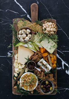 How to Style a Beautiful Cheeseboard - Cheese Platter Ideas - Kulinarische Inspirationen, Charcuterie Recipes, Charcuterie Platter, Charcuterie And Cheese Board, Cheese Boards, Meat Cheese Platters, Snack Platter, Antipasto Platter, Mezze Platter Ideas, Tapas Platter
