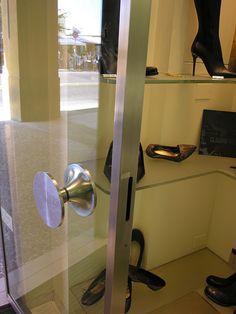 Battente porta senza serratura collocata nel montante fisso( che meraviglia ) - Maniglia ricavata per tornitura da un pieno di inox AISI 304, peso circa 14 Kg design by LAURO GHEDINI & PARTNERS