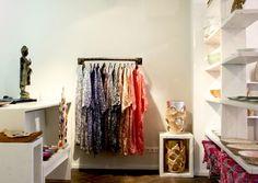"""BERLIN: CONCEPTSTORE FÜR GLOBETROTTER  Kleine Kunstwerke aus aller Welt vertreibt die Onlineplattform www.nevalu.com. Mode mit Multikulti-Touch entwirft das Label Mongrels in Common. Gemeinsam eröffnete man Mitte März einen Shop in Berlin-Mitte. Little Concept Store heißt er. """"Wir freuen uns, damit High Fashion und außergewöhnliches Interior vereinen zu können"""", erklärt Luiza Philipp, Gründerin und Geschäftsführerin von Nevalu."""