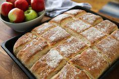 Långpannebröd med äpplen, perfekt att gör när du har mycket äpplen i trädgården! Swedish Recipes, Fika, Bread Baking, Banana Bread, Biscuits, French Toast, Sandwiches, Rolls, Food And Drink