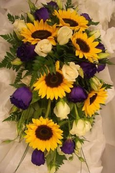 Purple roses and sunflowers.change it to red but yeah. Purple roses and sunflowers. Gerbera Bouquet, Trailing Bouquet, Sunflower Bouquets, Lisianthus Bouquet, Purple Sunflower Wedding, Purple Wedding, Sunflower Weddings, Sunflowers And Roses, Purple Roses