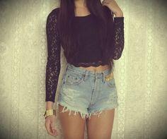 Shorts de cintura alta y camiseta de encaje negra.